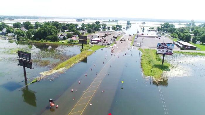 Drohnen-Video: Autofahrer bleibt im Hochwasser stecken
