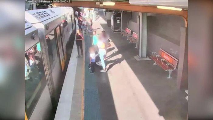 Vierjähriger stürzt in Lücke zwischen Zug und Bahnsteig