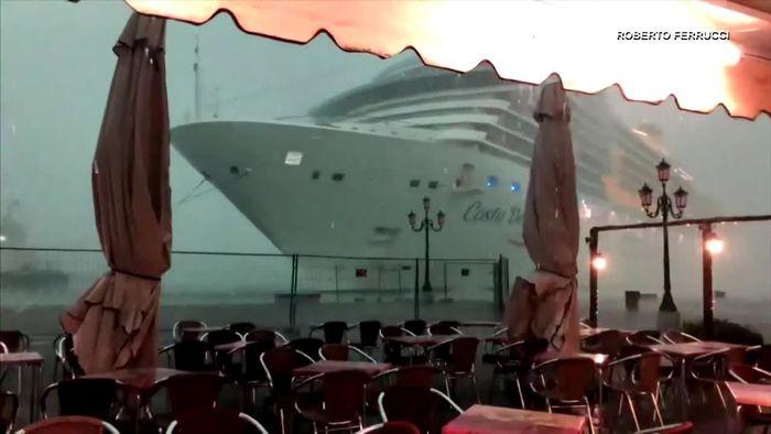 Beinahe-Kollision in Venedig: Kreuzfahrtschiff schrammt an Katastrophe vorbei