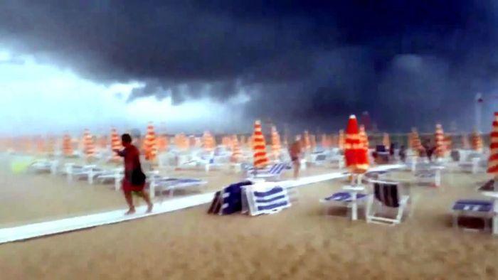 Touristenpanik und Hagelsturm: Unwetter an Italiens Stränden