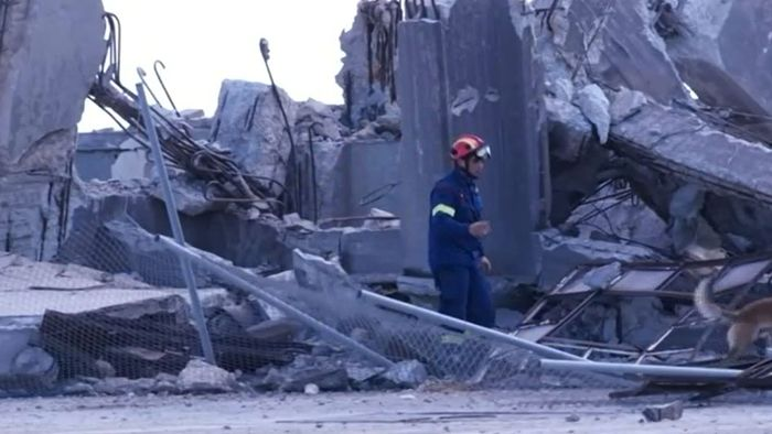 Menschen fliehen in Panik auf Straße: Griechenland von Erdbeben getroffen