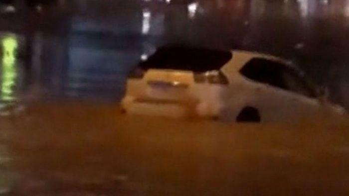 Volle Fahrt ins Verderben: Fahrer versenkt Auto im Hochwasser