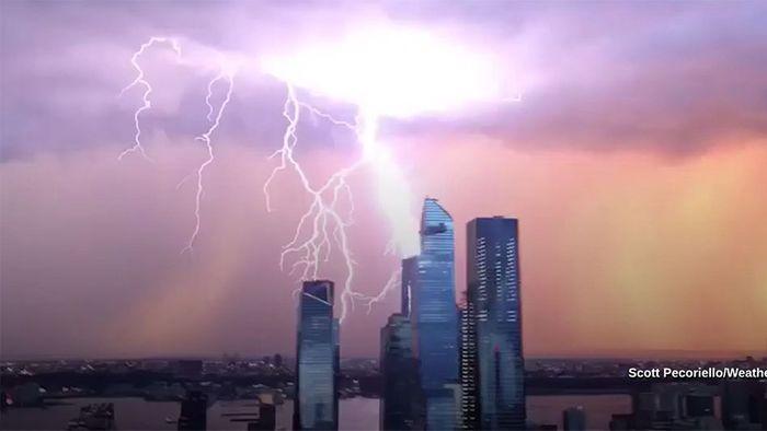 Gewitter über New York: Grelle Blitze am Morgenhimmel