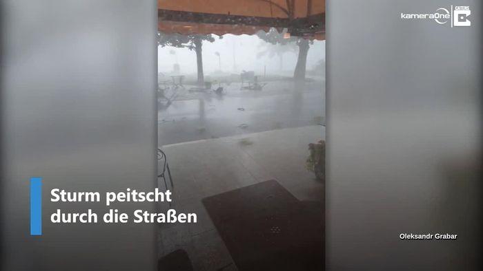 Sturm peitscht durch italienische Stadt