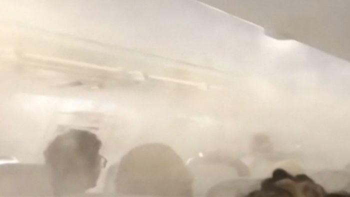 Beängstigend: Nebel flutet Flugzeug