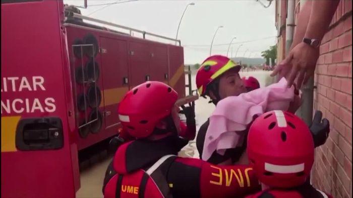 Rekord-Fluten in Spanien: Soldaten retten Baby