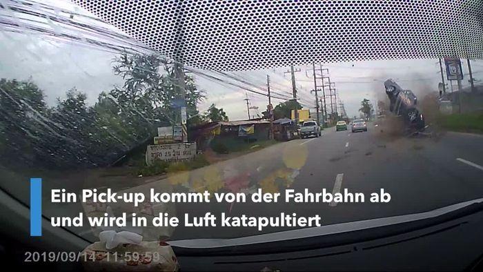 Durch Luft katapultiert: Pick-up hebt ab und landet im Gegenverkehr