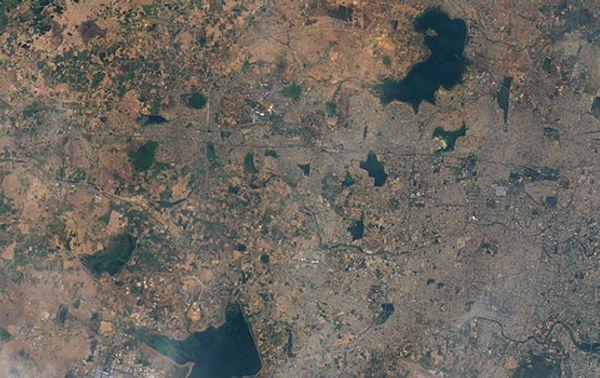 Der Puzhal-See (oben) ist ein künstlicher See nordwestlich der indischen Stadt Chennai, der als Wasserreservoir für die Millionenstadt dient. Die Aufnahme stammt vom 31. Mai 2018.