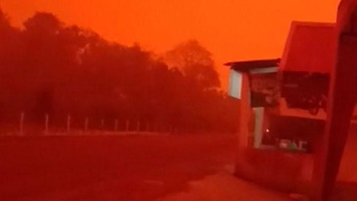 Apokalyptische Ausmaße: Blutroter Himmel in Indonesien