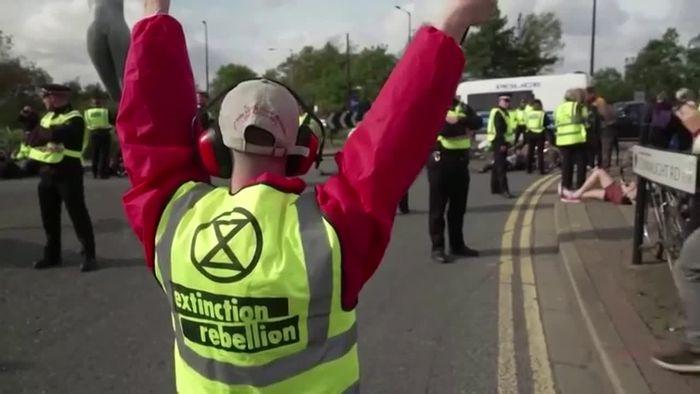 Klimaschutzaktivisten sorgen für Chaos am Flughafen