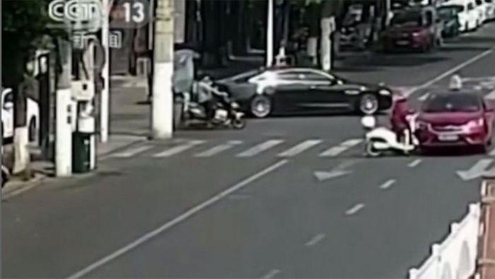 Nach Unfall unter SUV: Rollerfahrerin von Passanten gerettet