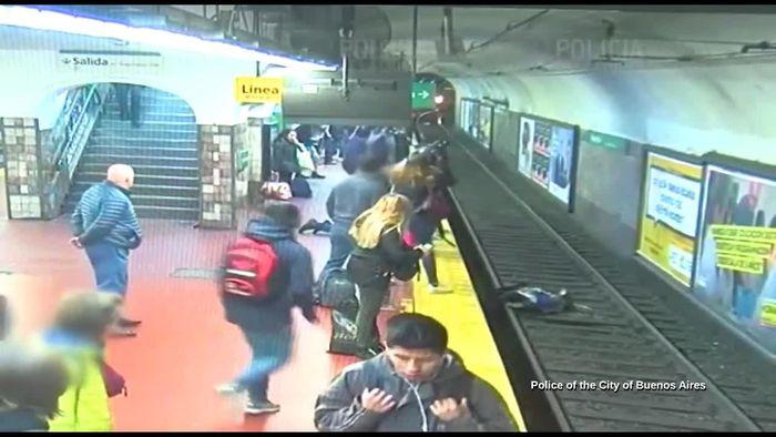 Als Zug einfährt: Ohnmächtiger Mann schubst Frau auf U-Bahn-Gleis