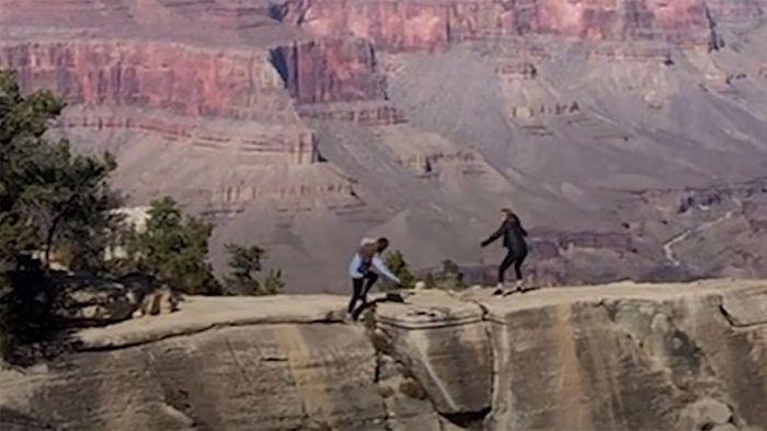 Beim Fotografieren: Frau stürzt beinahe in den Grand Canyon
