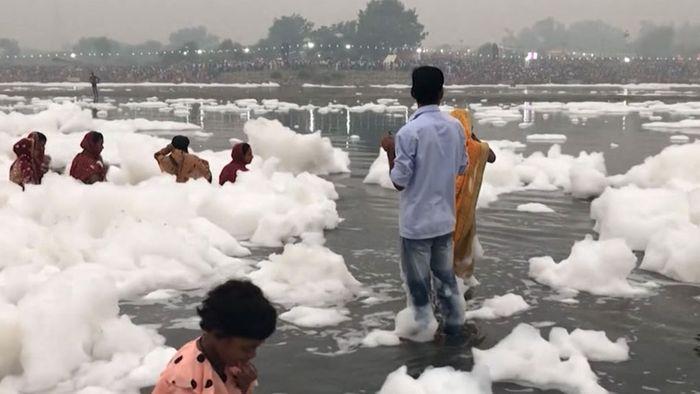 Kein Schnee: Giftiger Schaum verseucht Fluss in Neu-Delhi