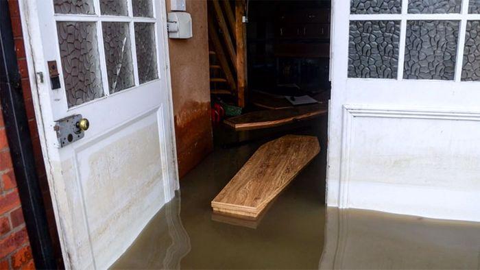 Schwimmende Särge: Immense Überflutungsschäden in England