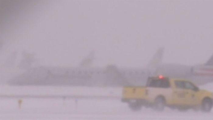 Schneechaos in Chicago: Flugzeug schlittert von Landebahn