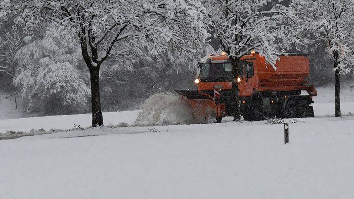 Wintereinbruch legt Verkehr teilweise lahm