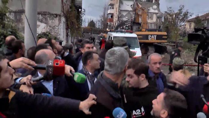 Schock beim Interview: Kosovos Präsident erlebt Nachbeben