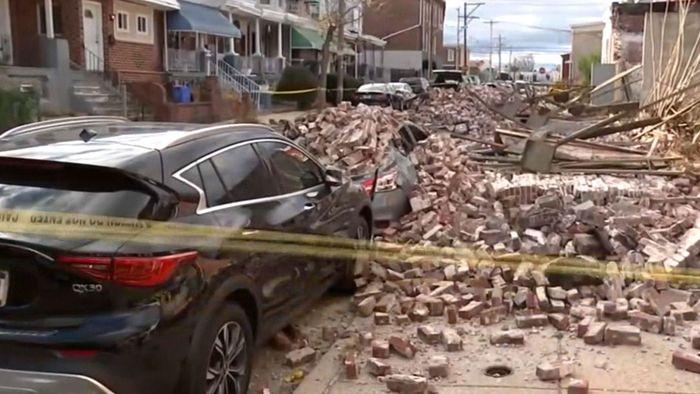 Wie eine Bombenexplosion: Wind reißt Mauer um