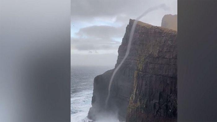 Wetterphänomen: Wasser fließt Klippe nach oben