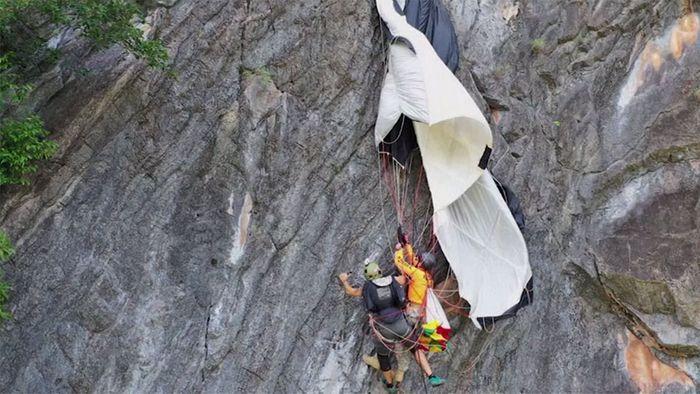 Lebensgefahr! Österreichischer Base-Jumper gegen Felswand geschleudert