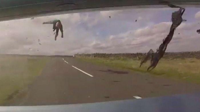 Horror-Crash! Auto schießt Motorradfahrer ab