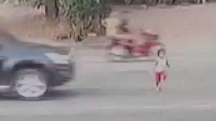 Schockmoment! Mädchen wird von Auto erfasst und überlebt