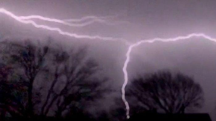 Faszinierend! Verzweigter Blitz zieht am Himmel seine Bahnen