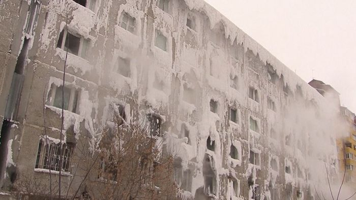 Wasserleitung geplatzt: Aus Wohnhaus wird Eisschloss