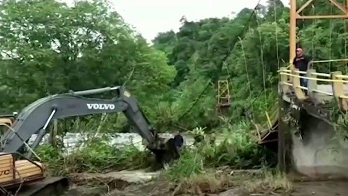 Menschen in den Tod gerissen: Sturzflut lässt Fußgängerbrücke einstürzen