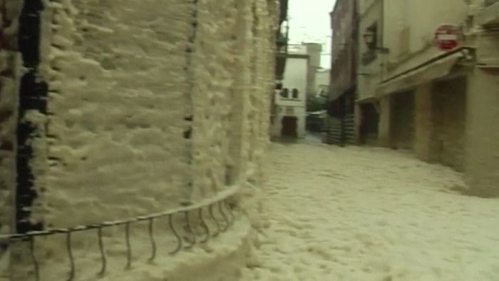 Schaummassen überfluten Dorf: Schwere Schäden durch Sturm GLORIA