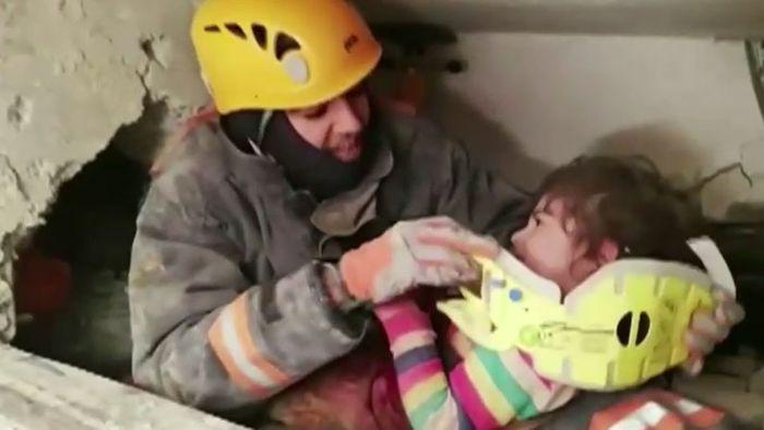 Nach verheerendem Erdbeben in der Türkei: Retter bergen Überlebende