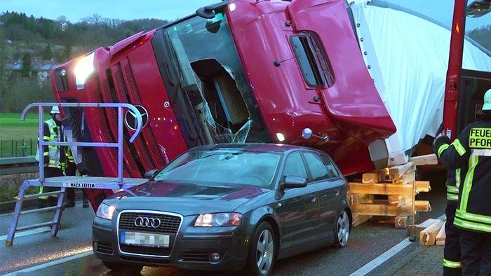 Am Montagmorgen gab es einen heftigen Unfall auf der B10 bei Pforzheim.
