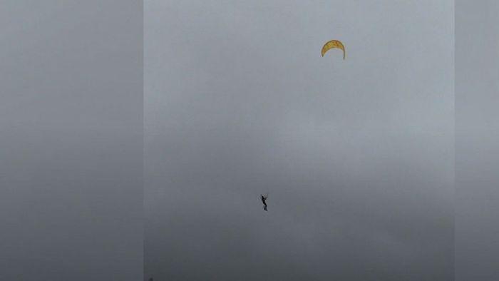 Völlig abgehoben: Kitesurfer fliegt im Sturm 20 Meter hoch