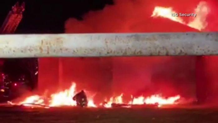 Dramatische Sekunden: Brennendes Dach stürzt über Feuerwehrmann ein