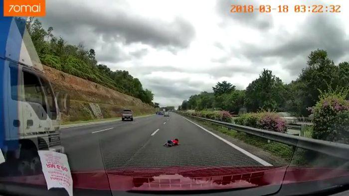 Zweijähriger aus Auto geschleudert: Schlimmer Unfall bei Autorennen