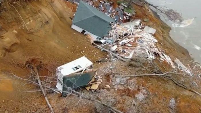 Schockmoment: Erdrutsch reißt Häuser mit