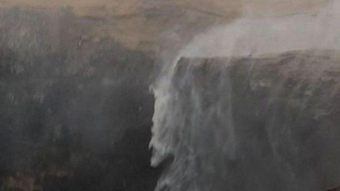 Verrückt! Dieser Wasserfall fließt nach oben