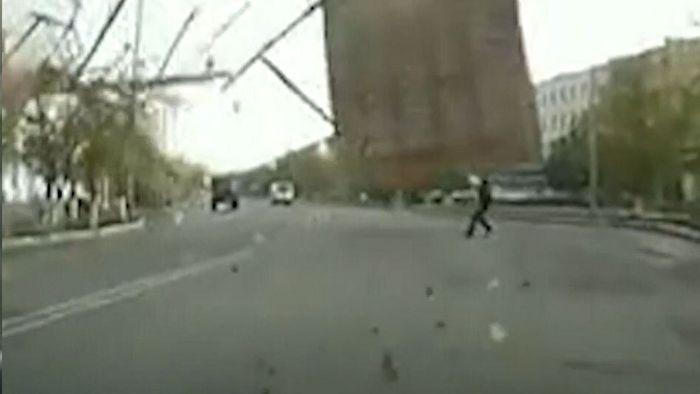 Dach kracht im Sturm auf Straße: Passant beinahe erschlagen