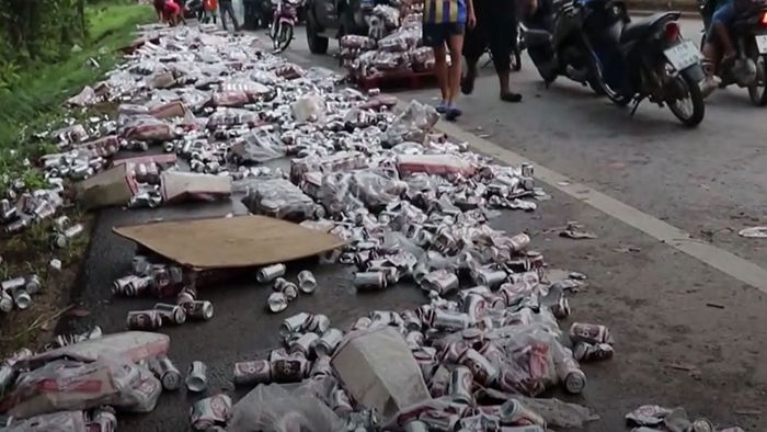 Freibier für alle! Lastwagen verliert tausende Dosenbier