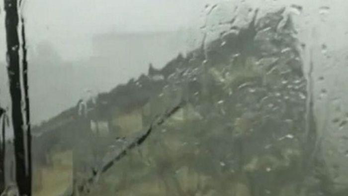 Heftiger Sturm reißt Dach von Gebäude