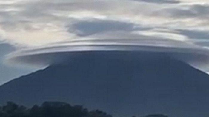 Ungewöhnliches Phänomen: UFO-Wolke schwebt über Vulkan