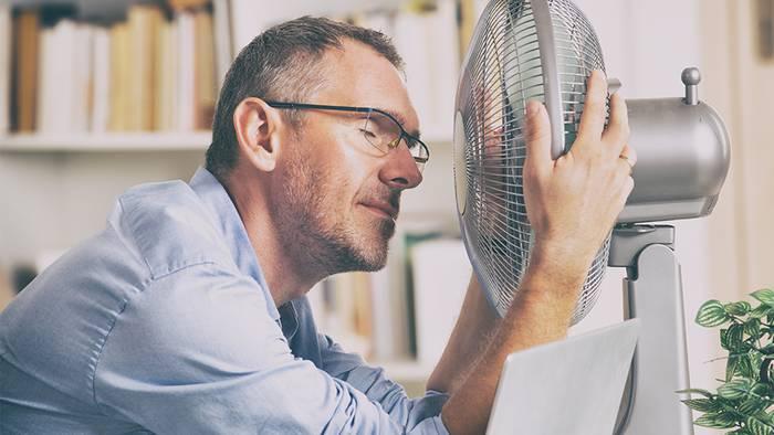 Dank ein paar Tipps, kannst du Hitze im Homeoffice besser ertragen.