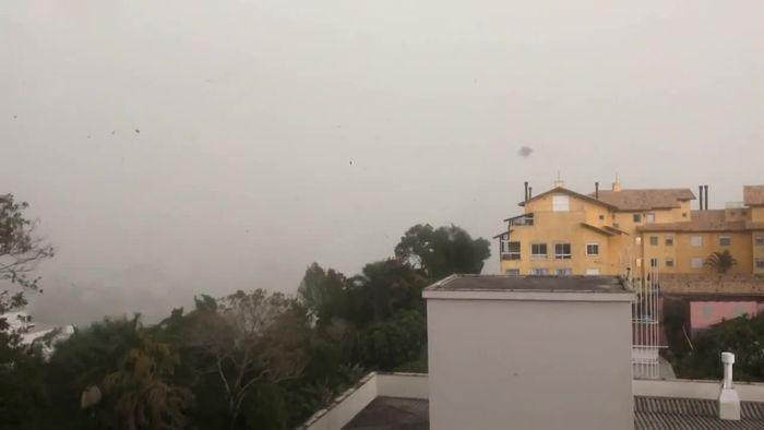 Tödlicher Zyklon reißt in Brasilien Hausdach mit
