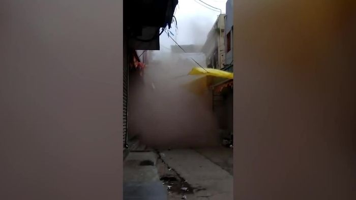 Nach starken Regenfällen: Wohngebäude stürzt auf Straße
