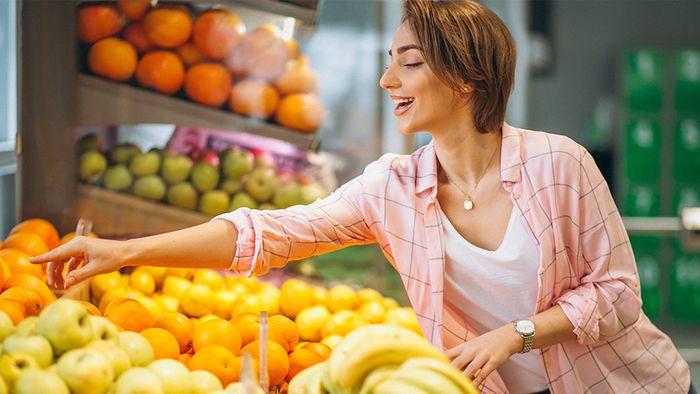 Anhand einiger Tipps kann man reifes Obst und Gemüse im Supermarkt besser erkennen.