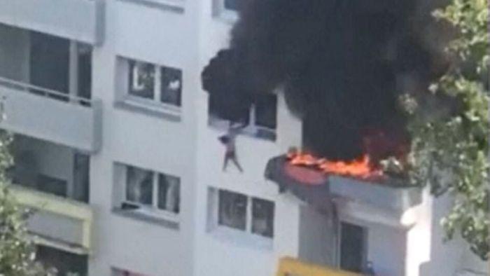 Wohnungsbrand: Zwei Jungen retten sich mit Sprung aus dem dritten Stock