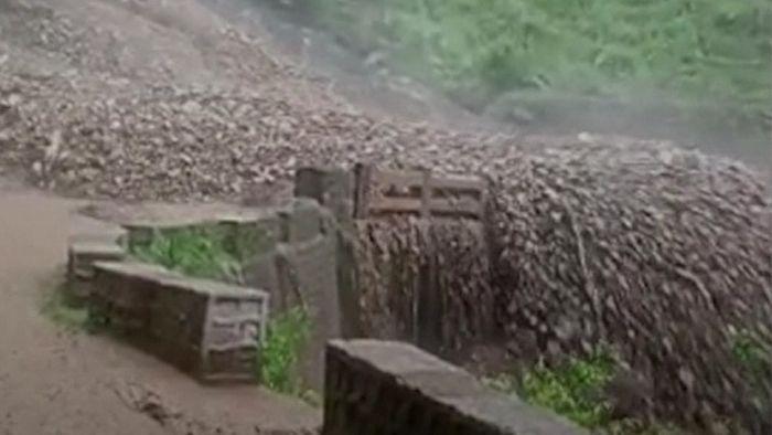 Riesige Naturgewalt! Erdrutsch reißt Brücke mit