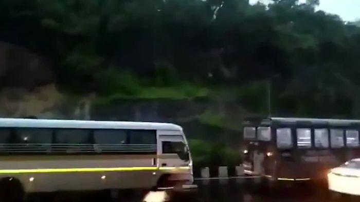 Autos zertrümmert: Mächtiger Erdrutsch geht auf Straße nieder