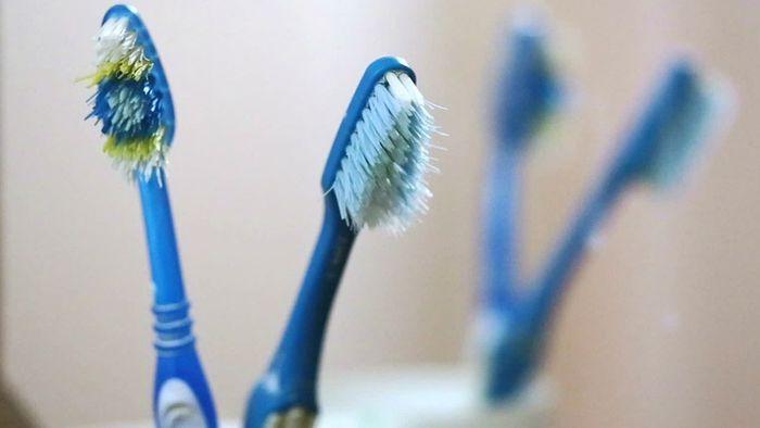 Zahnbürste, Bettwäsche und Co.: So oft solltest du sie wechseln